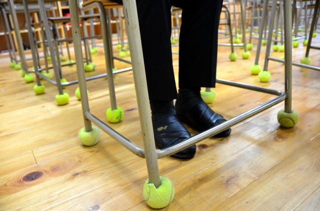 重度難聴の友、支えるために…机の脚にボール・要約筆記