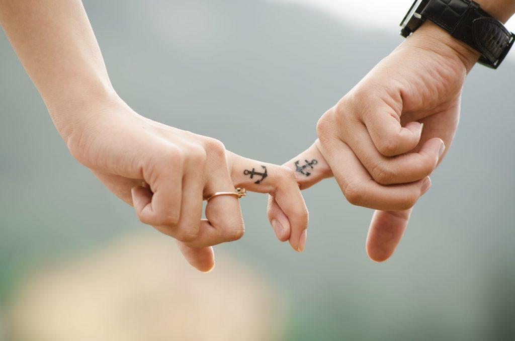 手を結ぶ恋人