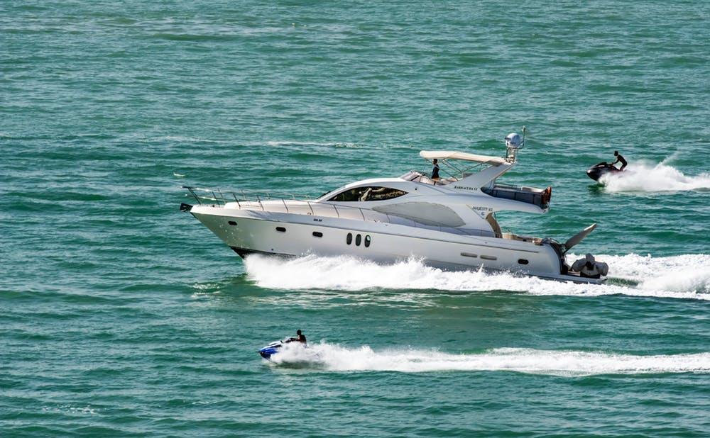 海を走る小型船