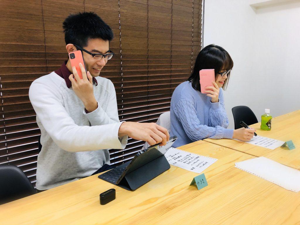 片耳難聴の人の電話の持ち方を再現
