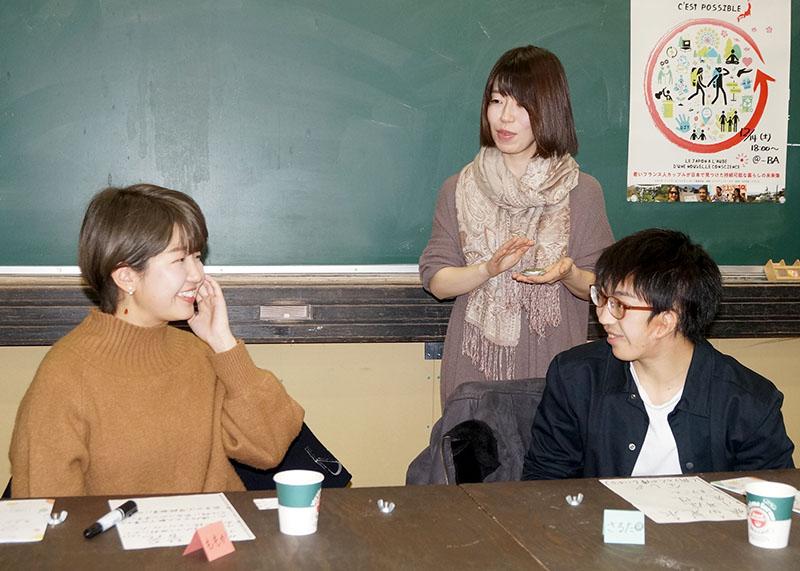 片耳難聴Cafeで話す麻野と参加者の男女2名