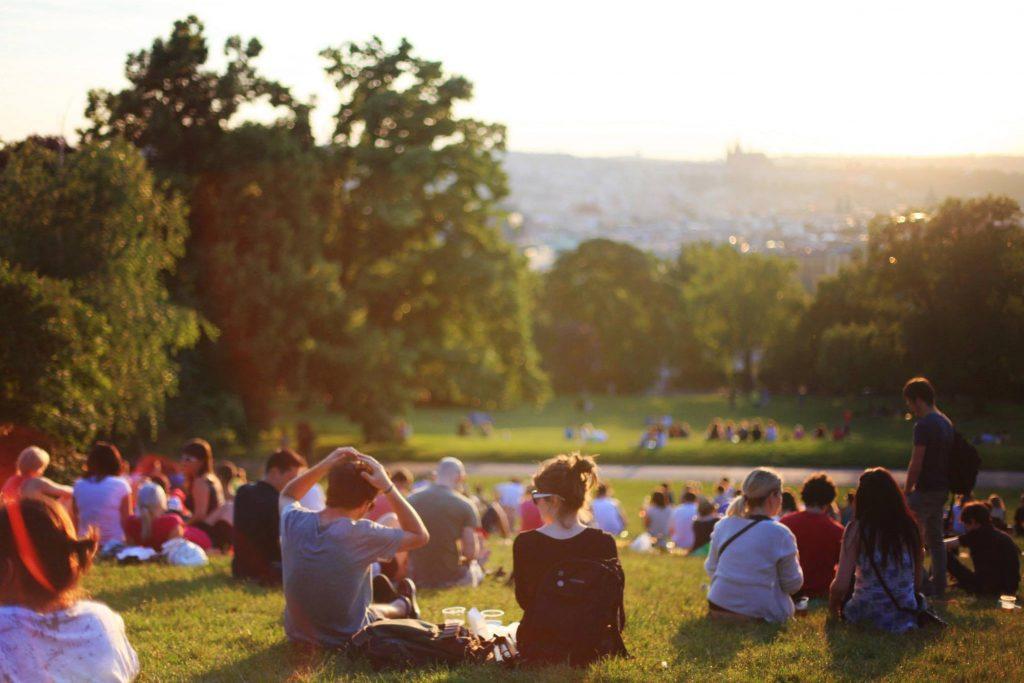 大勢の人が集まる公園