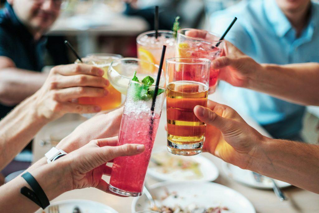 飲み会で乾杯する人達