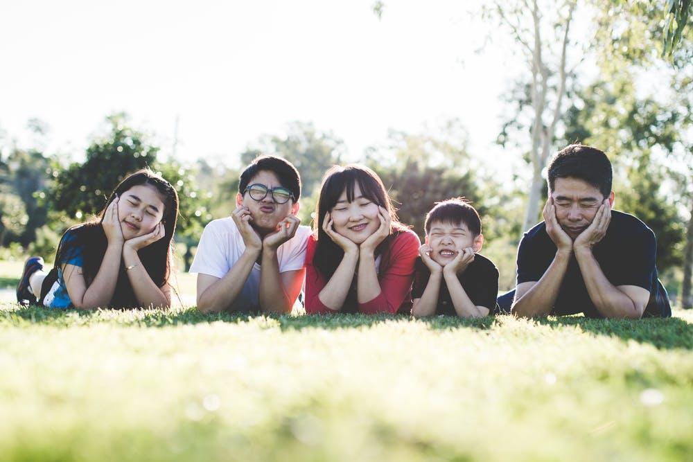 芝生の上で家族が並んでいる