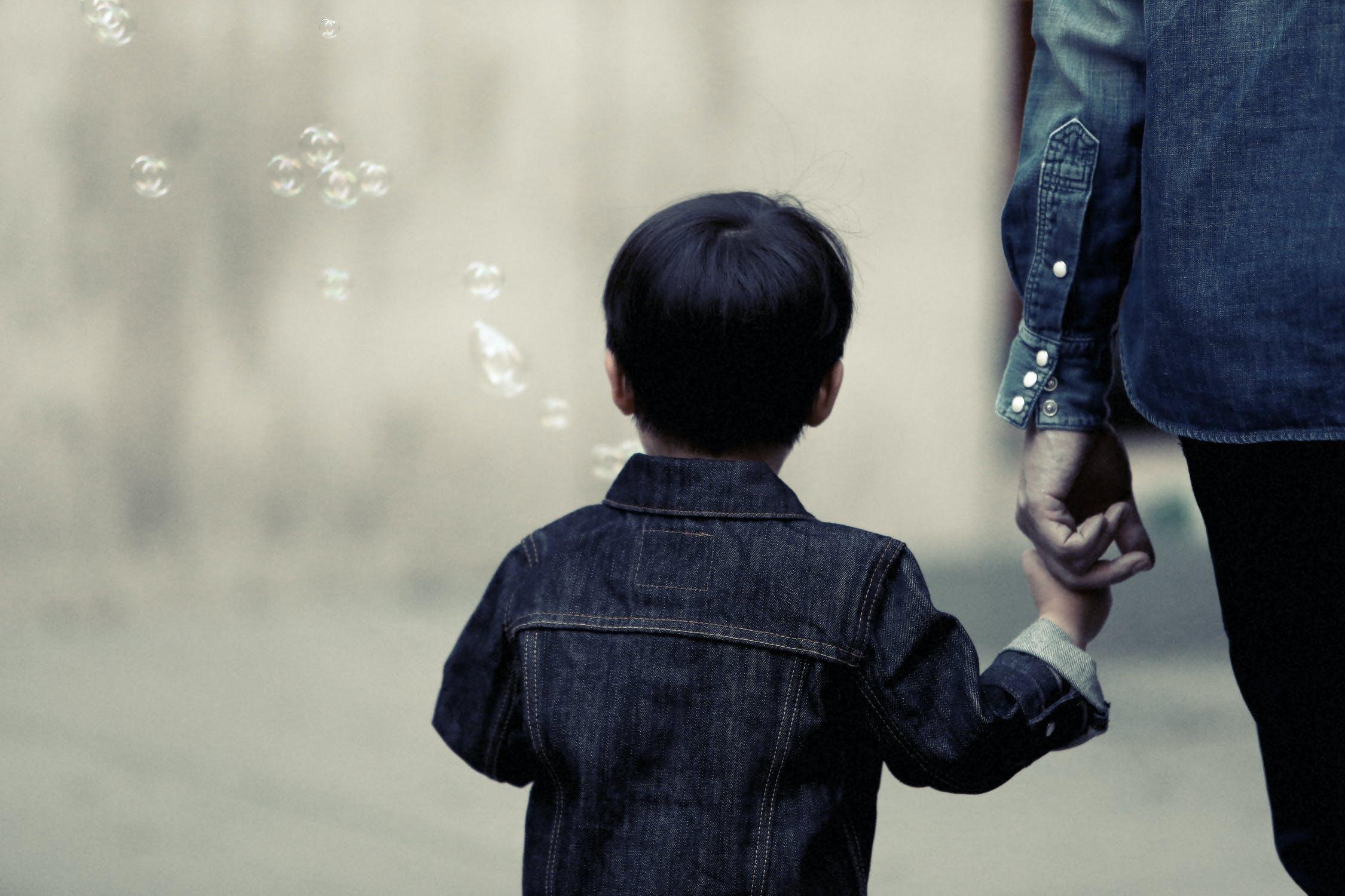 男の子と手をつなぐ人