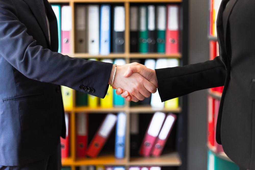 スーツを着た人が握手をしている