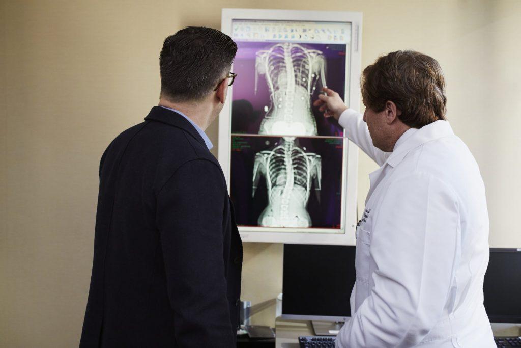 医者が患者にレントゲンを説明