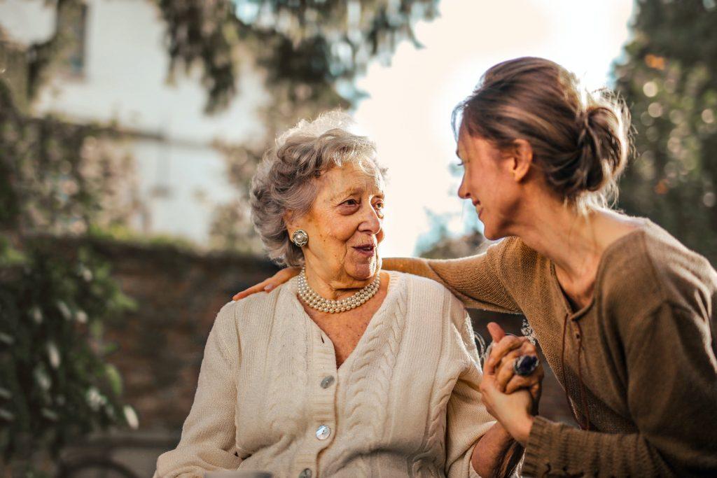 おばあさんと話す女性