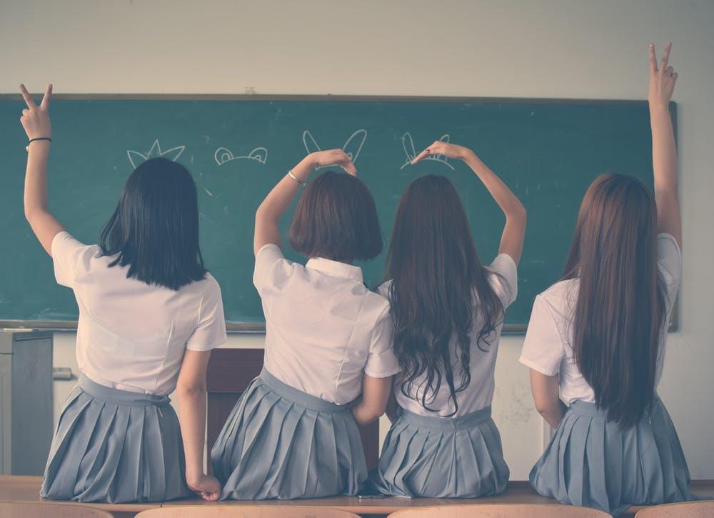 制服を着た女の子4人の後ろ姿