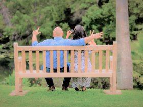 ベンチに座る夫婦